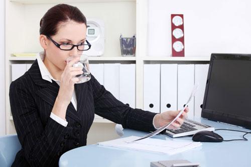 Uống nhiều nước rất tốt cho da trong môi trường điều hòa